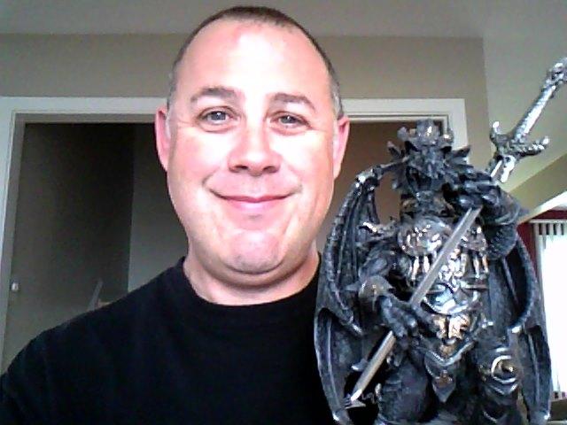 Mario Thibault et sa figurine